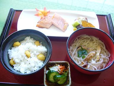 栗ごはん、鮭、松茸うどんの秋三昧.JPG